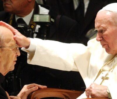 Juan Pablo II bendice a Marcial Maciel, fundador de los Legionarios de Cristo, en 2004. Plinio Lepri (AP)