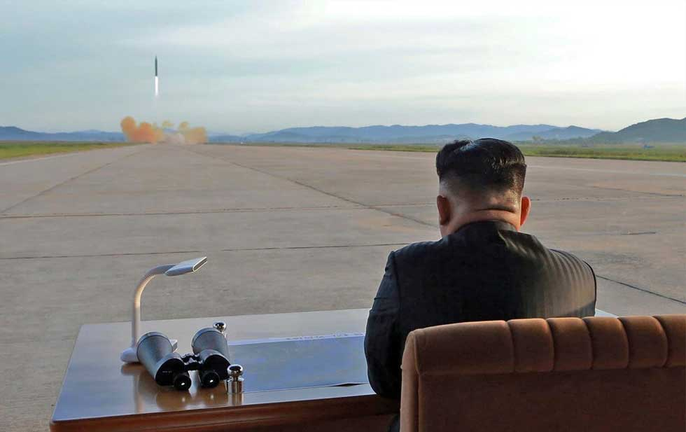Misiles de largo alcance. Kim Jong-un observa el lanzamiento de un misil. Korean Central News Agency.