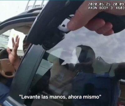 En una imagen de la cámara corporal de un policía se ve la pistola del agente apuntando a George Floyd cuando estaba en su coche. (Foto de vídeo; sus últimos minutos con vida.(FOTO: AP | VIDEO: REUTERS)