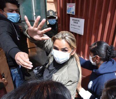 ¡Bote! La expresidenta de Bolivia Jeanine Áñez ingresa este lunes al Centro de Orientación Femenina de Obrajes en La Paz, donde cumplirá su detención preventiva. Stringer / EFE