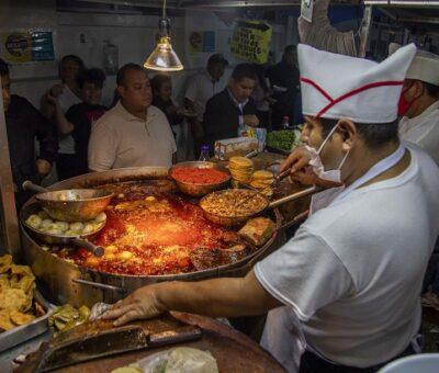 Personas esperan en un negocio de comida donde se preparan tacos para llevar, en septiembre pasado. PICTURE ALLIANCE / JAIR CABRERA / GETTY IMAGES