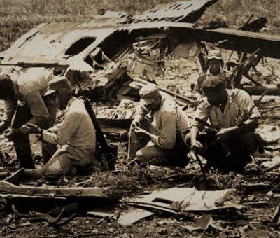Bahía de Cochinos. 1961. Milicia cubana examina los restos de un avión derribado por fuego de artillería. Foto: Universal Images Group