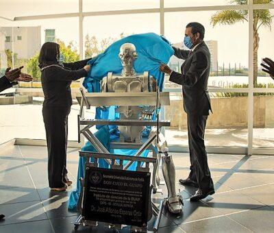 El rector Alfonso Esparza reconoció este proyecto de especialistas en robótica y electrónica de la Universidad. (Especial)
