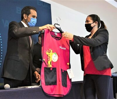 El Rector de la BUAP realizó la entrega simbólica de 2 mil 611 paquetes de uniformes para académicos y administrativos. (Especial)