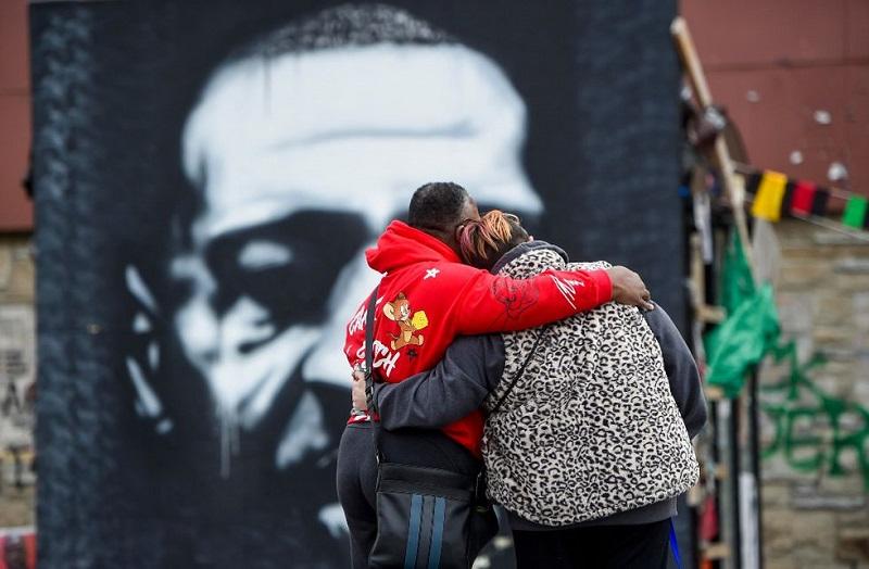 Una pareja rinde tributo a George Floyd en Minneapolis. / Agencia EFE