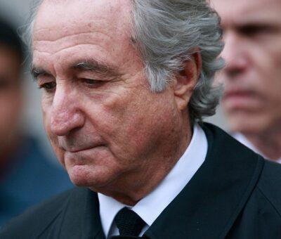 Bernie Madoff al salir de una corte de Manhattan en marzo de 2009. Las víctimas de su fraude se contaban por miles y estaban dispersas de Palm Beach al Golfo Pérsico. Mario Tama/Getty Images