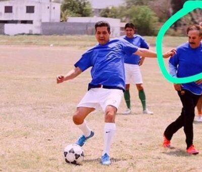 Alejandro Rojas compartió una imagen donde se observa a ambos jugando futbol. Tomada de Twitter