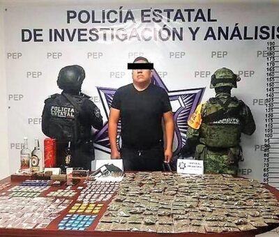 El jefe de la Base de Operaciones de la Policía Estatal en el municipio de Esperanza, Juan Carlos Romero Abraham, fue detenido por elementos del Ejército Mexicano en posesión de más de 300 dosis de drogas y un arma. (Especial)