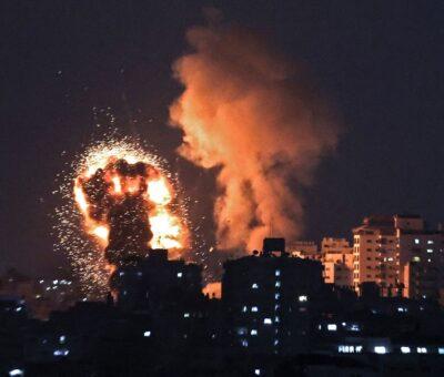 Olas de fuego de un ataque aéreo israelí en Gaza en respuesta a un aluvión de cohetes disparados por Hamas. (AFP)
