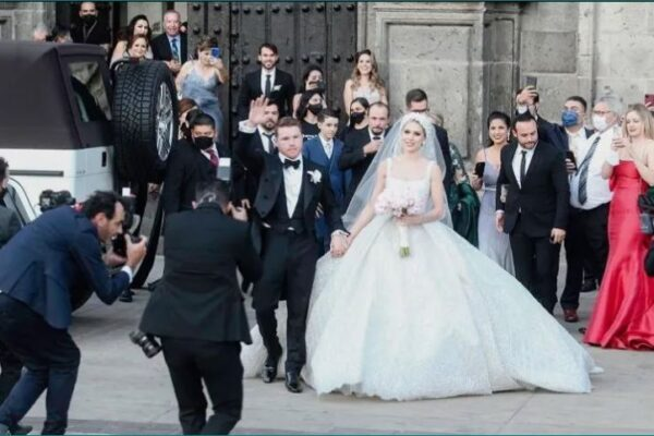 """Al salir de la boda, """"Canelo"""" y su esposa saludaron a los presentes, al tiempo que se dieron un beso frente a todos. EL INFORMADOR/G. Gallo"""