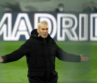 El Real Madrid anunció este jueves que Zinedine Zidane renunció a su puesto de entrenador, poniendo fin a su segunda etapa en el banquillo del club español. (AFP)
