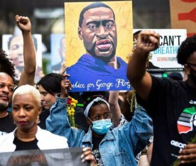 Las personas levantan los puños mientras marchan durante un evento en memoria de George Floyd en Minneapolis, Minnesota, el 23 de mayo de 2021. KEREM YUCEL / AFP A TRAVÉS DE GETTY IMAGES