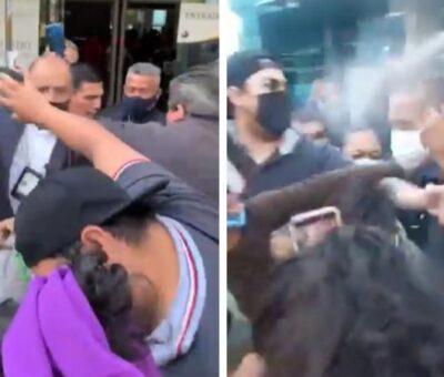 Personal de la Fiscalía de Puebla roció gas lacrimógeno contra activistas y familiares de victima de feminicidio. Foto: Video @ladobemx