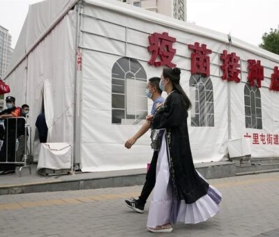 Acelera China vacunas; suma 700 millones de dosis aplicadas /AP