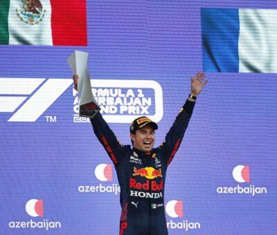 Checo Pérez celebra en el podio su segundo triunfo en la Fórmula 1. MAXIM SHEMETOV / AP