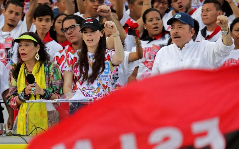 El presidente nicaragüense Daniel Ortega, su esposa, la vicepresidenta Rosario Murillo) y su hija Camila Ortega, asisten en julio de 2019 a la conmemoración del 40 aniversario de la Revolución Sandinista.INTI OCON / AFP