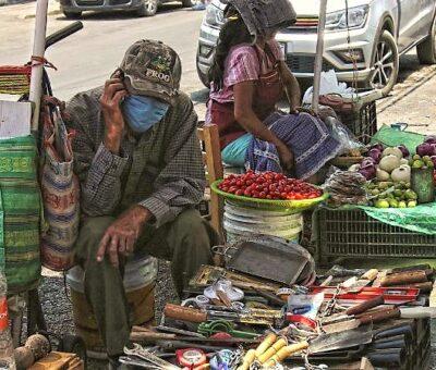 Vendedor ambulante de la calle Juan Ruiz de Alarcón en espera de clientes en Chilpancingo. Foto: José Luis De La Cruz