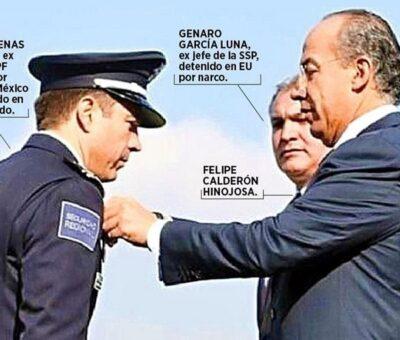 En junio de 2011, Felipe Calderón otorgó la Medalla al Mérito Policial a Luis Cárdenas Palomino, entonces jefe de la División de Seguridad Regional de la Policía Federal. Crédito: Especial.