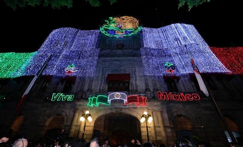 Puebla se ilumina con mil 700 adornos para el conmemorar las fiestas patrias (Especial)