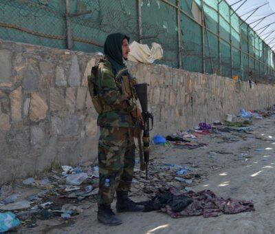 Un militante talibán hace guardia en uno de los puntos del aeropuerto de Kabul en donde se dieron los atentados. (AFP)
