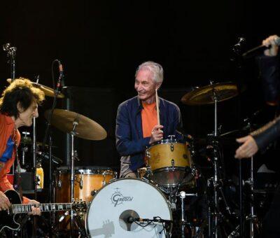 De izquierda a derecha, Charlie Watts y Mick Jagger en el Van Cortland Park del Bronx, Nueva York; donde los Rolling Stones anunciaron un tour. Foto: STAN HONDA / AFP.