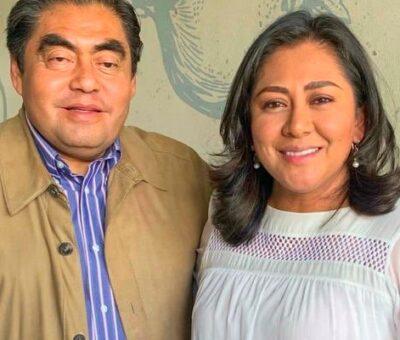 """Ex priísta, ex Pacto Social y recientemente encumbrada panista, Nadia Navarro, como muchos """"legisladores"""" en Puebla, peca de oportunista y refrenda su reaccionaria convicción de analfabeta funcional. A la izquierda, un testigo por afinidad. (Archivo)"""