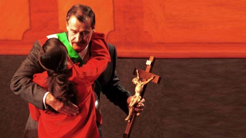 El 30 de noviembre de 2000, Vicente Fox dio un mensaje a la nación en el Auditorio Nacional, al termino de la ceremonia donde rindió protesta como Presidente de México. Momentos después de terminar, su hija Paulina se acercó a regalarle un Crucifijo. Foto: Victoria Valtierra, Cuartoscuro.