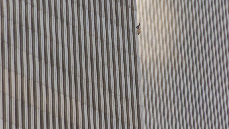 Un hombre salta al vacío desde una de las Torres Gemelas del WTC, en Nueva York, quince minutos después del primer ataque. Foto: Richard Drew / AP