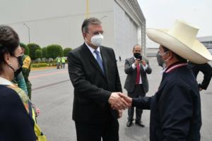 El canciller Marcelo Ebrard recibe al presidente de Perú, Pedro Castillo Terrones, quien asistirá a la VI Cumbre de la Celac, el 17 de septiembre de 2021. Foto tomada del Twitter de @SRE_mx
