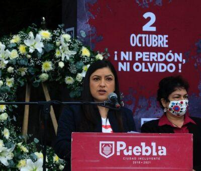 """Conmemora Ayuntamiento de Puebla 2 de octubre de 1968 La presidenta municipal, Claudia Rivera Vivanco, encabezó la ceremonia luctuosa y conmemorativa a 53 años de la represión de las protestas sociales de 1968 en la Plaza de las Tres Culturas, en Tlatelolco. Al respecto, la alcaldesa destacó el carácter represivo y punitivo del entonces gobierno federal, al responder con violencia a las demandas pacíficas de democratización del país por parte de estudiantes, profesionistas y sociedad civil. """"Nos marca un antes y un después en la historia de nuestro país. [...] Ni autoridades, ni representantes populares participaban en esta fecha de luto"""", aseveró Rivera Vivanco. La semblanza de los hechos estuvo a cargo de Oscar Aguirre Beltrán, poblano, quien destacó este acontecimiento como un punto de inflexión cultural que modificó la política nacional a raíz de una cadena de movimientos sociales. De igual manera, Omar Jiménez Castro, síndico municipal suplente, destacó que el movimiento de 1968, a través del Consejo Nacional de Huelga, dio paso a la concepción de una auténtica democracia para el futuro. Asimismo, recordó luchas sociales y represiones gubernamentales del pasado como la desaparición de los 43 estudiantes de Ayotzinapa, la Matanza del Jueves de Corpus o Masacre de Corpus Christi —llamada también El Halconazo—, el movimiento #YoSoy132, entre otros. Al concluir se recitó el texto de Rosario Castellanos """"Memorial de Tlatelolco"""", por Alejandro Figueroa, integrante de la Brigada 68, quien además señaló que """"las luchas de ayer, son los derechos de hoy"""". A esta ceremonia conmemorativa asistieron Argelia Arriaga García, Presidenta Municipal suplente; Cecilia Moreno Romero, contralora municipal; las regidoras Ana Laura Martínez Escobar, presidenta de la Comisión de Seguridad Ciudadana; Carmen María Palma Benítez , presidenta de la Comisión de Derechos Humanos e Igualdad; la presidenta del Patronato del Sistema Municipal DIF, Mayte Rivera Vivanco; los diputados locales Yol"""