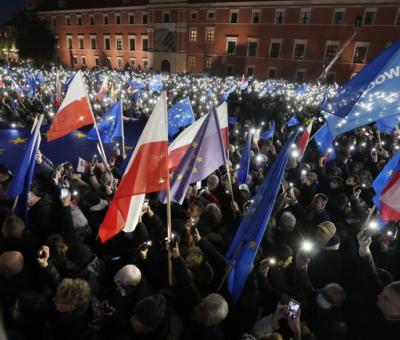 Decenas de banderas de Polonia y de la UE durante la manifestación en el centro de Varsovia. Czarek Sokolowski - AP